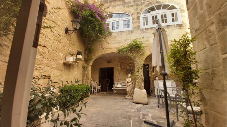 Mosta,Charming house of character+courtyard+garage